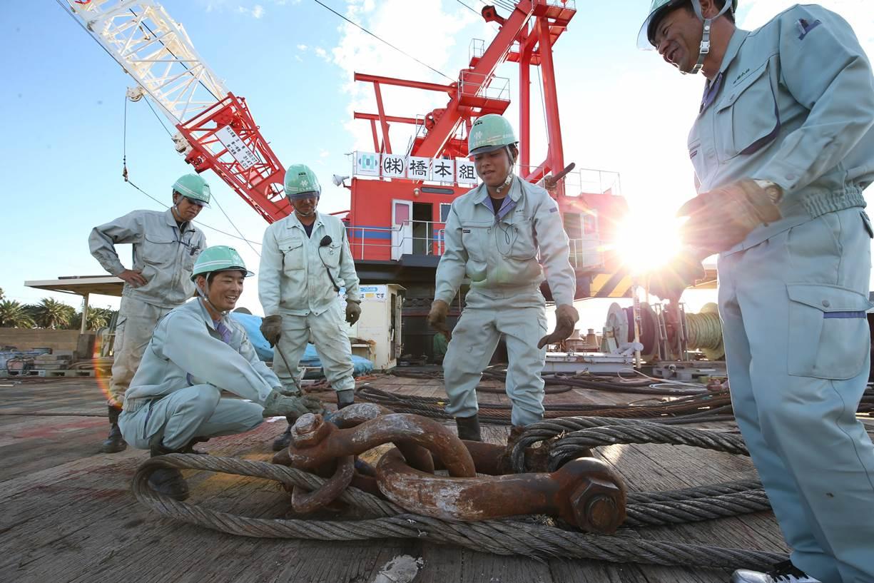起重機船橋本丸での海洋土木事業作業風景